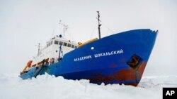 남극 빙해에 둘러싸여 옴짝달싹 하지 못하고 있는 러시아 탐사선 아카데믹 쇼칼스키 호.