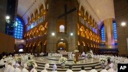 Des membres du clergé écoutent l'homélie du pape à Sao Paulo (24 juillet 2013)