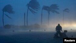 지난 주말, 태풍 '람마순'이 강타한 중국 남부 하이난성에서 한 남성이 강한 바람과 폭우 속에 자전거를 몰고 가고 있다.