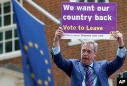 Ông Nigel Farage, một chính trị gia lãnh đạo đảng UKIP cầm biểu ngữ trong chiến dịch vận động cho việc ủng hộ Anh rời khỏi EU, ngày 20/5/2016.