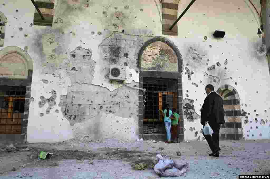 Sur ilçesindeki 500 yıllık Kurşunlu Camii dünkü saldırılarda yakıldı. Büyükşehir Belediyesi İtfaiye Müdürlüğü güvenlik gerekçesiyle yangına müdahale etmelerine izin verilmediğini söyledi. Önceki gün görgü tanıklarının telefonla aktardıklarına göre, bölgedeki tarihi bir hamam da yandı. Daha önce de 515 yıllık Dört Ayaklı Minare kurşunlara hedef olmuştu.