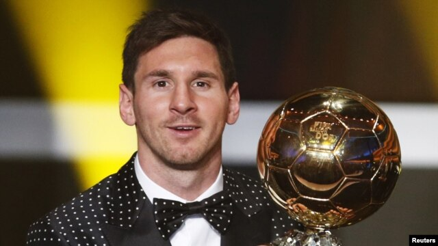 Tiền đạo Lionel Messi người Argentina đoạt danh hiệu Cầu thủ xuất sắc nhất thể giới năm 2012 với giải thưởng Quả bóng vàng FIFA 2012 tại   Kongresshaus ở Zurich, Thụy Sĩ, ngày 7/1/2013. (Reuters)