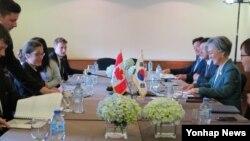 강경화 외교부 장관이 11일(현지시간) 베트남 다낭에서 크리스티아 프리랜드 캐나다 외교장관(테이블 왼쪽 열 가까운 쪽에서 3번째)과 회담을 개최하고 있다.