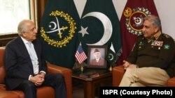 افغان امن عمل اور مفاہمت کے لیے امریکہ کے خصوصی سفیر زلمے خلیل زاد جی ایچ کیو میں آرمی چیف جنرل باجوہ سے ملاقات کر رہے ہیں۔ 17 فروری 22020