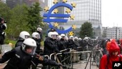 Nemačka policija stoji iza metalnih barikada tokom protesta ispred sedišta Evropske centralne banke u Frankfurtu