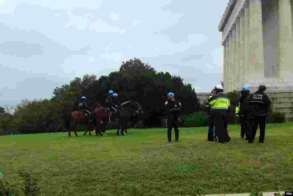 警察只是觀望,沒有乾預遊客。