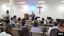 지난달 28일 미국 버지니아주의 한 교회에서 박진욱 박사가 한국에서 초청된 탈북자들을 대상으로 '치유상담' 강의를 하고 있다.