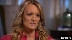 """Stormy Daniels, diễn viên khiêu dâm có tên thật là Stephanie Clifford, trả lời phỏng vấn của Anderson Cooper cho chương trình """"60 Minutes"""" của đài CBS, trong một bức hình trích từ video được cung cấp vào ngày 25 tháng 3, 2018."""