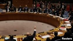 Les représentants de la Russie et de la Bolivie lèvent leurs mains lors d'un vote du Conseil de sécurité de l'ONU, New York, 16 novembre 2017.