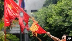 2013年5月31日,一名菲律宾退休警官在马尼拉焚烧中国国旗,抗议菲律宾人所说的中国侵犯领海行为。