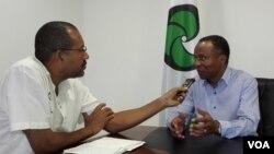 Ulisses Correia e Silva, à direita, entrevistado por Egénio Teixeira
