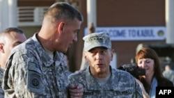 AQShning Afg'onistondagi kuchlari qo'mondoni general Deyvid Petreus va o'rinbosari general Deyvid Rodrigez
