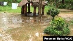 Une concession inondée dans Bégoua, le 27 août 2017. (VOA/Freeman Sipila)