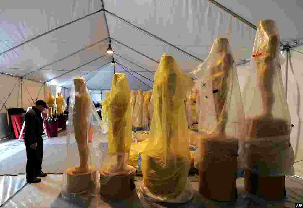 Statue Oskara kojima će biti ukrašen dio Hollywood Boulevard za predstojeću 85. po redu ceremoniju dodjele Oskara koja će biti održana u nedjelu, 24. februara.