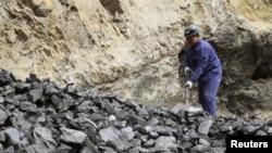 工人在山西省普大煤業擁有的煤礦整理煤炭(資料圖片)