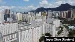 Sebuah real estat dengan latar belakang puncak Lion Rock, di Hong Kong, China, 3 Juni 2021. Sebuah perusahaan ekuitas swasta AS, Blackstone, membatalkan rencana pembelian properti China, Soho China, bernilai $3 miliar. (Foto: REUTERS/Joyce Zhou)