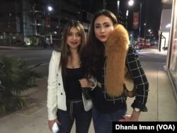 "Cheverly Amalia bersama aktris Sarah Azhari di pemutaran perdana film ""Blackout Experiment"" (VOA/Dhania)"