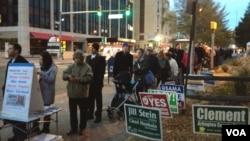 Cử tri xếp hàng dài chờ bỏ phiếu tại Rosslyn, Virginia, ngày 6/11/2012.