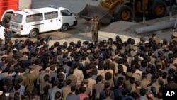 지난 5월 평양의 고층 아파트 붕괴 현장에서, 한 북한 관리가 희생자 가족들에게 사과하며 경례하고 있다. 북한 조선중앙통신 배포 사진.