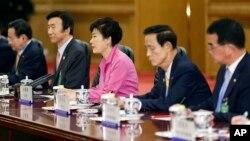 박근혜 한국 대통령(가운데)이 2일 중국 베이징 인민대회당 동대청에서 열린 한·중 정상회담에서 발언하고 있다.