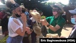 Ambasaderi w'Amerika mu Rwanda, Peter Vrooman, ashyikiriza inkunga bamwe mu bafite ubumuga bw'uruhu.