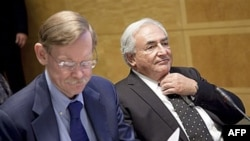 Chủ tịch WB Robert Zoellick (trái) và Tổng giám đốc IMF Dominique Strauss-Kahn tại cuộc họp thường niên ở Washington