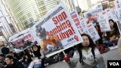 Para aktivis anti-perang di Seoul, Korea Selatan melakukan unjuk rasa menuntut dihentikan pemboman di Libya oleh pasukan koalisi, Sabtu (26/3).