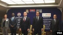 Đại sứ Hoa Kỳ tại Campuchia William Heidt (bên trái) và Bộ trưởng Thương mại Campuchia Pan Sorasak tại một hội thảo ở Phnom Penh ngày 4/4/2017.