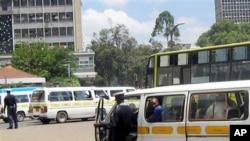 Polisi wa barabarani Kenya akizuia matatu mjini Nairobi njia moja wapo ya kupata hongo.
