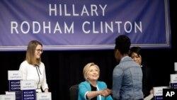 """Hilari Rodam Klinton pozdravlja se sa čitaocima prilikom promocije knjige """"Šta se dogodilo"""" u Njujorku"""