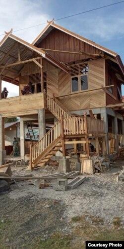 Salah satu rumah panggung Risha yang dibangun oleh Yayasan Arkom Palu di Kelurahan Mamboro Barat, Kota Palu, yang progress penyelesaiannya sudah 80 persen. (Foto: Muhammad Cora/Arkom Palu)