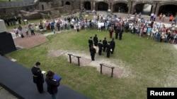 미국 사우스캐롤라이나주의 섬터요새(Fort Sumter)에서 북부연방기 게양식을 재현하고 있는 가운데 시민들이 모여 지켜보고 있다.