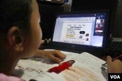 Ilustrasi. Seorang gadis sedang belajar online di rumahnya selama penutupan sekolahnya karena pandemi Covid-19, 25 Juni 2020, Phnom Penh, Kamboja. (Foto: VOA/Kann Vicheika)