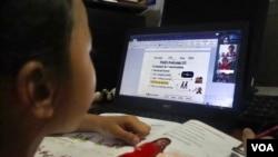 25 Haziran 2020 - Kamboçya'da online eğitim alan bir öğrenci
