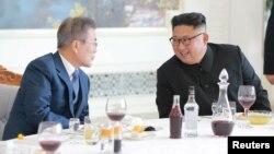 지난해 9월 문재인 한국 대통령과 김정은 북한 국무위원장이 평양 옥류관에서 오찬하고 있는 모습을 북한 관영 '조선중앙통신'이 공개했다.