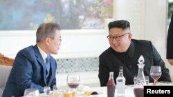 金正恩與文在寅會晤資料照。