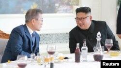 Lãnh tụ Triều Tiên Kim Jong Un và Tổng thống Hàn Quốc Moon Jae-in ăn trưa tại Bình Nhưỡng (ảnh do Thông tấn xã Triều Tiên KCNA công bố ngày 20/9/2018.)