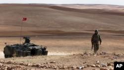 Sınırda nöbet tutan Türk askeri ve zırhlı devriye aracı