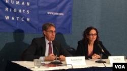 """国际组织""""人权观察""""执行董事肯尼思・罗斯(左)和高级国家安全法律顾问罗拉・彼特(右)2015年12月1日在《再无借口:追究中情局酷刑责任路线图》的报告发布会上。(美国之音莫雨拍摄)"""