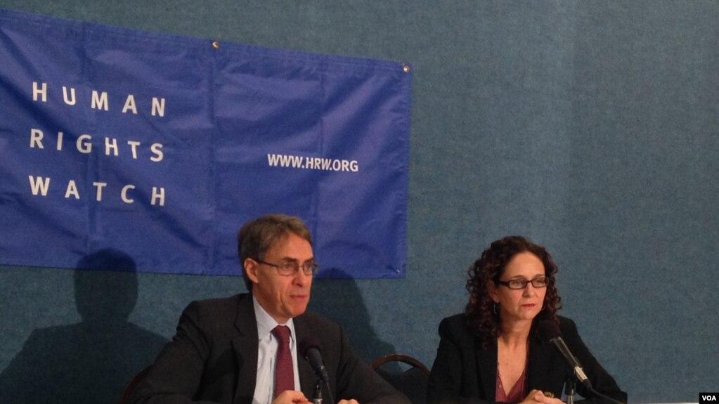 """资料照片:国际组织""""人权观察""""执行董事肯尼思・罗斯(左)和高级国家安全法律顾问罗拉・彼特(右)2015年12月1日在《再无借口:追究中情局酷刑责任路线图》的报告发布会上。(美国之音莫雨拍摄)"""