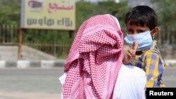 Một cậu bé đeo khẩu trang ngừa bị lây nhiễm MERS ở Taif, Saudi Arabia, ngày 7 tháng 6 năm 2014.