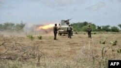 Binh sĩ lực lượng gìn giữ hòa bình Châu Phi pháo kích các phần tử chủ chiến al-Shabab tại khu vực Hạr Shabelle ở Somalia.