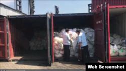 """Hôm 3/1/2020, Cục Hải quan TPHCM phát hiện 3 container chứa bọc nệm, quần áo có nguồn gốc Trung Quốc nhưng ghi nhãn mác """"Made in Vietnam"""" tại cảng Cát Lái. Photo Hai Quan Online."""