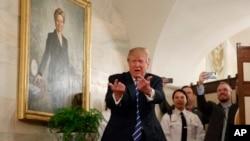 El presidente Donald Trump recibe a turistas que visitan la Casa Blanca por primera vez desde que asumió el cargo.