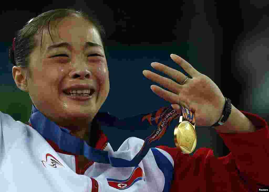 Vận động viên Kim Un Hyang của Bắc Triều Tiên khóc khi được trao huy chương vàng ở chung kết nội dung cầu thăng bằng môn thể dục dụng cụ tại Nhà thi đấu Namdong, Đại hội Thể thao châu Á lần thứ 17 tại Incheon, Hàn Quốc.