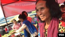 Ton Son (right) is seen waiting for customers at a stall selling organic products, Kompong Speu province, Cambodia. (Hul Reaksmey/VOA Khmer)
