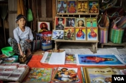A Karenni woman works in her stall in the Demoso market in Kayah state. (K. Arnold/VOA)