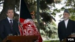 Sekjen NATO Anders Fogh Rasmussen memberikan pernyataan dalam jumpa pers bersama Presiden Hamid Karzai di Kabul (24/5).