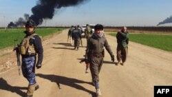 Para pejuang Kurdi dan pasukan Irak dalam pertempuran dengan ISIS di Irak utara (foto: dok).