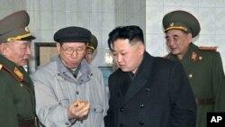 Nhà lãnh đạo Bắc Triều Tiên Kim Jong-Un (thứ hai từ phải sang) thăm Bộ Tư lệnh Phi đạn Chiến lược của Quân đội Nhân dân Triều Tiên (ảnh tư liệu)